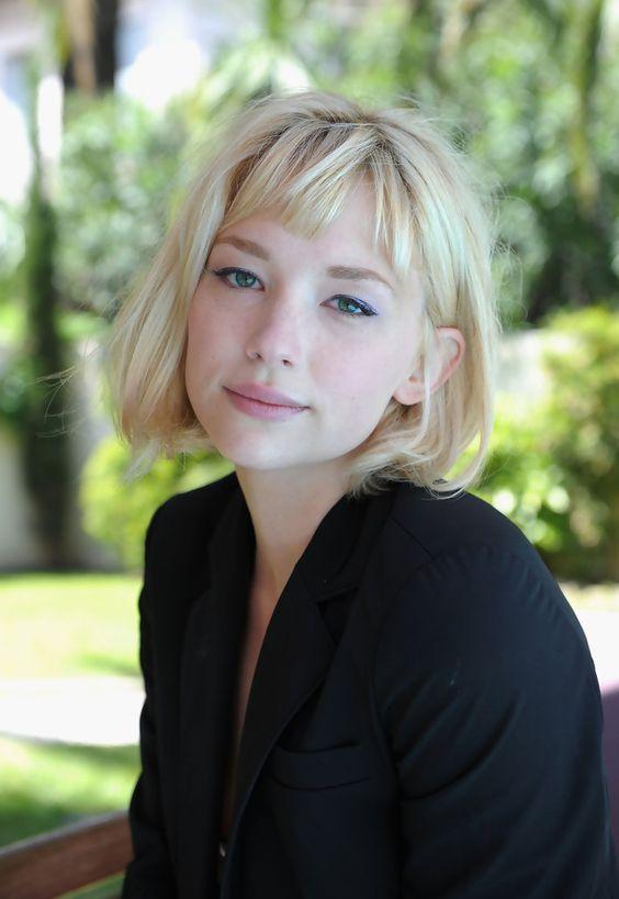 Inspiração corte de cabelo curto loiro e com franjas Haley Bennet