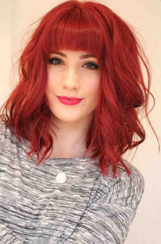 Inspiração corte de cabelo curto vermelho com franja reta